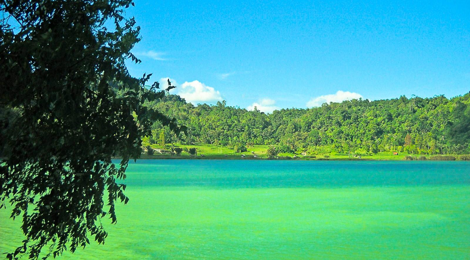 Menikmati Tiga Warna dari Danau Linow yang Indah