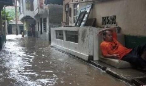 Membersihkan Kamar Kost Pasca Banjir yang Melanda